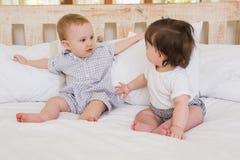 Garçon et fille de bébés mignons très beautful images libres de droits