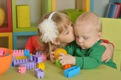Garçon et fille de jouer avec des cubes Photographie stock libre de droits