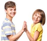 Garçon et fille de l'adolescence d'amitié Image libre de droits