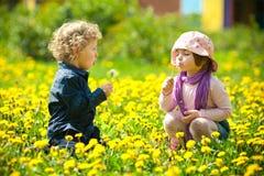 Garçon et fille en fleurs Images libres de droits
