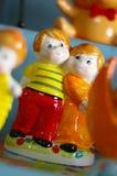 Garçon et fille en statue d'amour Photos stock