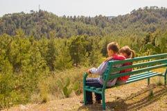 Garçon et fille ensemble sur le banc Images stock