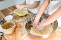 Garçon et fille faisant cuire au four ensemble dans la cuisine à la maison Photo stock
