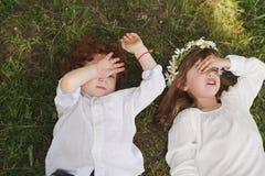 Garçon et fille fatigués drôles Photographie stock