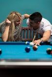 Garçon et fille flirtant sur un jeu de piscine Image libre de droits