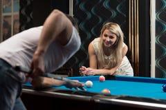 Garçon et fille flirtant sur un jeu de piscine Photos stock
