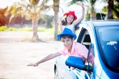 Garçon et fille gais dans la voiture Photos libres de droits