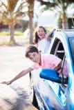 Garçon et fille gais dans la voiture Images stock