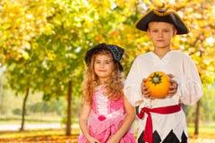 Garçon et fille heureux dans des costumes de Halloween Image libre de droits