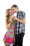 Garçon et fille heureux dans l'amour avec une rose Photos libres de droits