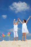 Garçon et fille heureux sur la plage photographie stock libre de droits