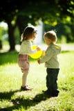 Garçon et fille jouant avec la bille Photographie stock libre de droits