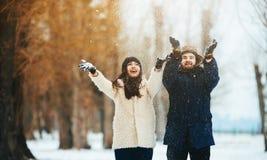 Garçon et fille jouant avec la neige Photo stock