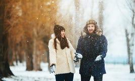 Garçon et fille jouant avec la neige Photographie stock