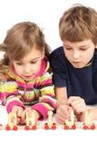 Garçon et fille jouant avec le chemin de fer en bois Photo libre de droits