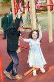 Garçon et fille jouant dans le terrain de jeu Images stock