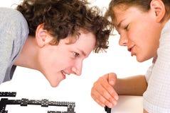 Garçon et fille jouant des dominos Images libres de droits