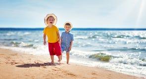 Garçon et fille jouant sur la plage Images libres de droits