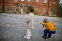 Garçon et fille jouant sur la rue Photo stock
