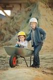 Garçon et fille jouant sur le chantier de construction Photographie stock