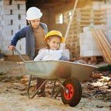 Garçon et fille jouant sur le chantier de construction Images stock