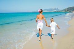 Garçon et fille mignons sur la plage Images libres de droits
