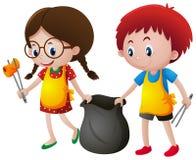 Garçon et fille prenant des déchets Photo stock