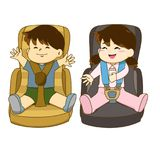 Garçon et fille s'asseyant sur le siège de voiture Photos libres de droits