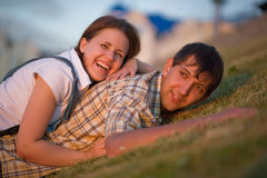 Garçon et fille sur l'herbe Photo stock