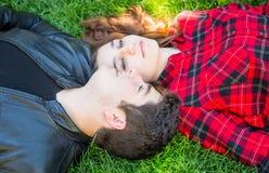 Garçon et fille sur l'herbe Photographie stock libre de droits