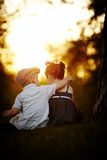 Garçon et fille sur le coucher du soleil Photographie stock