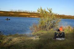 Garçon et fille sur le lac avec un ordinateur portable Photo libre de droits
