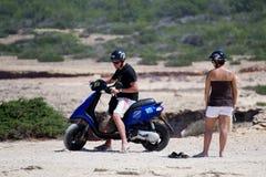 Garçon et fille sur le scooter photos stock