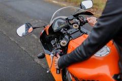 Garçon et fille sur une moto fille et ami posant pour une moto image stock