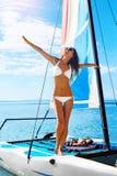 Garçon et filles s'asseyant sur le bureau surfant et le regard sur la mer bleue Femme heureuse appréciant des vacances de voyage  photographie stock libre de droits