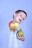 Garçon et fruits Image stock