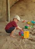 Garçon et jouets sur la plage Photographie stock