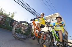 Garçon et mère au vélo pour le papa Image libre de droits