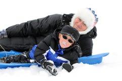 Garçon et maman jouant dans la neige Photographie stock libre de droits