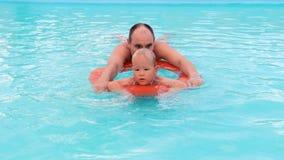Garçon et père jouant dans la piscine banque de vidéos