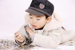 Garçon et pièces de monnaie image stock