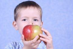 Garçon et pomme Photos stock
