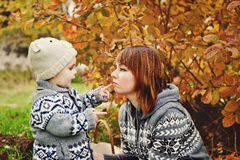 Garçon et sa mère Photo libre de droits