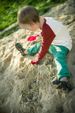 Garçon et sable Photos stock