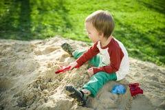 Garçon et sable Image stock