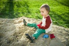 Garçon et sable Photographie stock