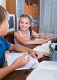 Garçon et soeur étudiant avec des livres Images libres de droits