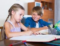 Garçon et soeur étudiant avec des livres Photo libre de droits