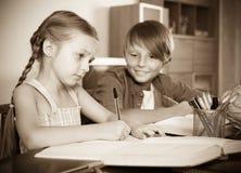 Garçon et soeur étudiant avec des livres Images stock