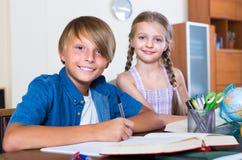 Garçon et soeur étudiant avec des livres Photo stock